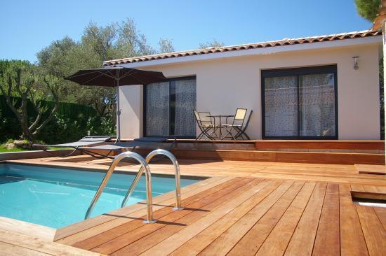 Votre suite, piscine, transats et mobilier de jardin pour le petit déjeuner